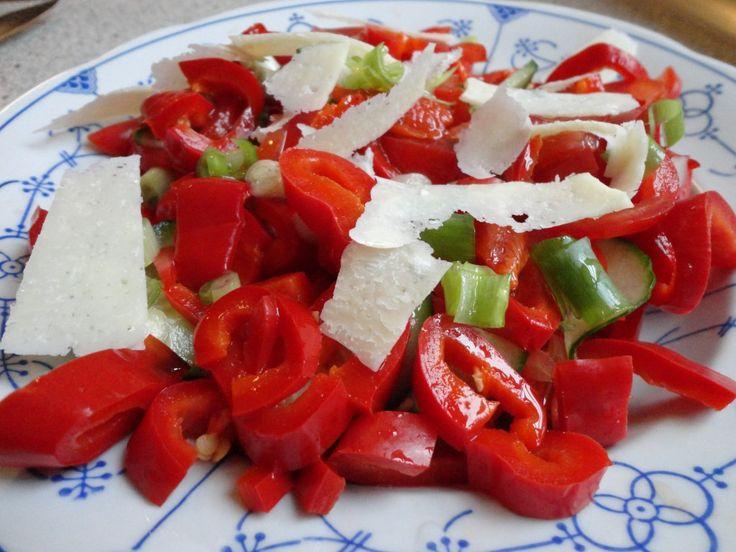 <p>Hvad+er+det+der+lige+gør+at+en+peberfrugt+bliver+så+fantastisk+lækker+når+den+bliver+grillet?+Jeg+aner+det+faktisk+ikke,+men+det+er+jo+et+faktum++Jeg+er+så+vild+med+denne+salat.+Den+tager+lidt+tid+at+lave,+men+det+er+det+hele+værd.+Jeg+griller+