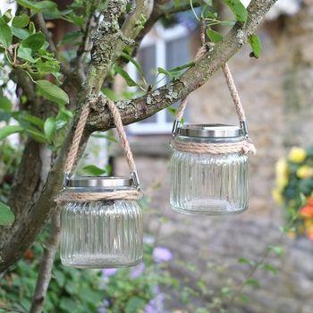 Des lanternes solaires à led en verre cannelé avec poignées en corde à suspendre ou à poser pour créer une ambiance festive et chaleureuse . Ces lanterne à led s'illuminent automatiquement à la tombée de la nuit pour une décoration féerique à l'extérieur http://www.decoration.com/lanterne-led-a-suspendre-x4,fr,4,B001JLU7071093.cfm