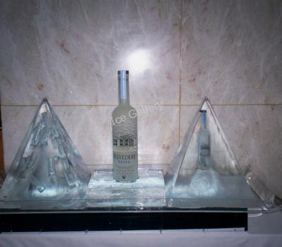 Μεγάλες πυραμίδες με ενσωματωμένα ποτήρια σφηνάκια και μπουκάλι belvedere σε ice party. Ύψος 62εκ.