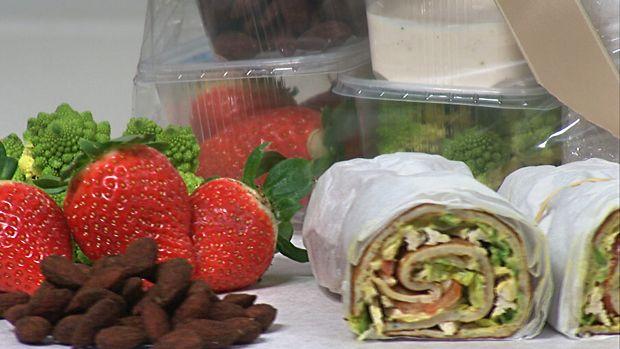 Grove madpandekager (karrycremen er mayonnaise rørt m karry, lidt salt og peber (Mette Blomsterberg)