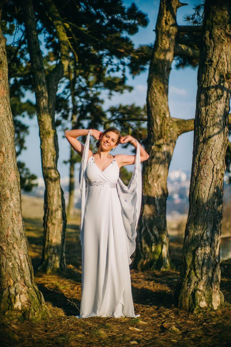 Luxusní svatební šaty se stříbrnými ramínky Originální svatební šaty, které vznikly ve spolupráci s Eire. Šaty jsou ušity z velmi pohodlné a kvalitní lycry doplněné o lehoukný šifon. Nosnými prvky jsou stříbrná ramínka a precizní, ručně zdobený pás pod prsy. Vzor je namalován stříbrnou a fialovou barvou doplněnou stříbrnými třpytkami a fialkovými ...