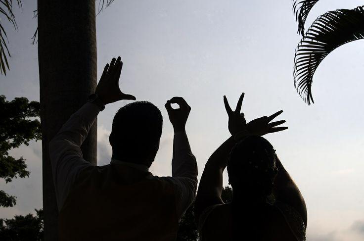 Mostrar la palabra L-O-V-E con las manos. #FotografoBodasCali  #FotografiaBodasCali #FotografoMatrimoniosCali