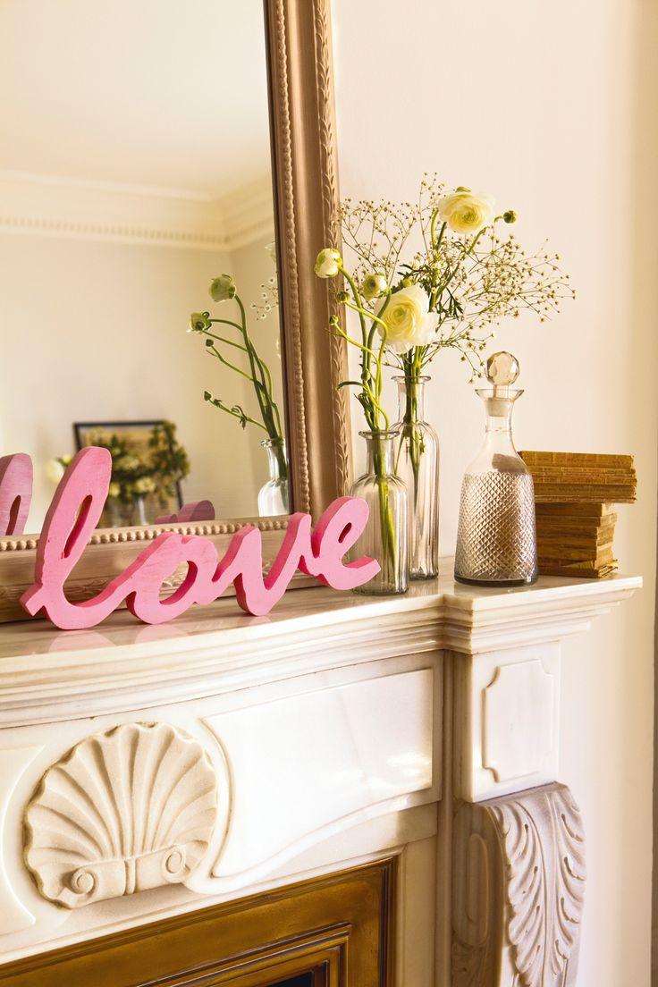 00361522. Sobre de chimenea de mármol con palabra Love de madera rosa, espejo y florero 00361522