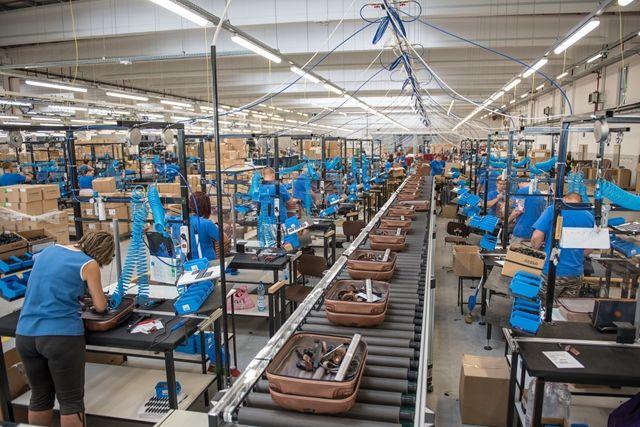 Megindult a termelés a Samsonite szekszárdi gyárának új csarnokában, s ezzel húsz százalékkal bővül az üzem kapacitása. A Duna-menti városban lévő gyár egy évtizeddel ezelőtt még a bezárás szélén állt, most viszont esélye van arra, hogy a világ legnagyobb bőröndgyárává váljon.