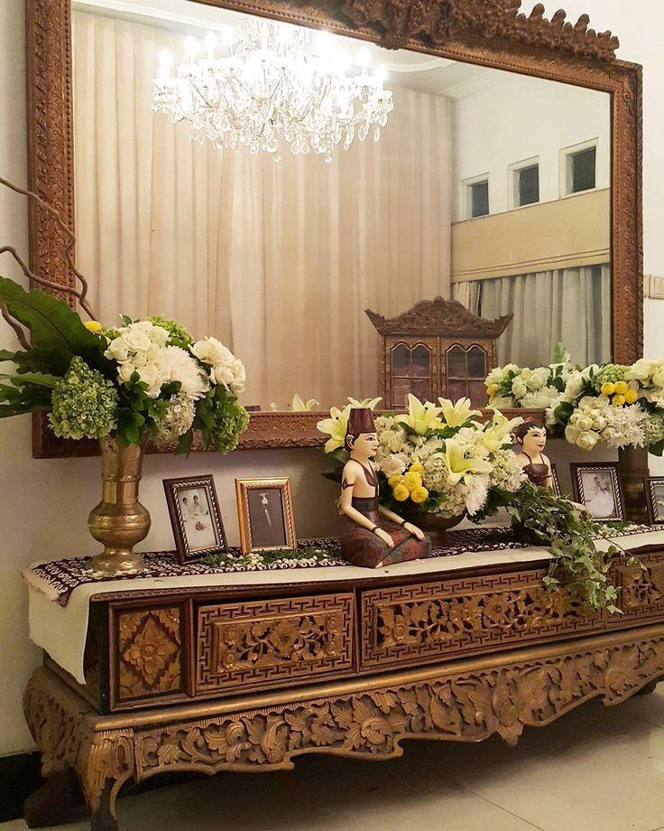 """""""Rangkaian Dekorasi Pernikahan Titi & Ilyas - 120915 di Rumah Srimanganti Tema : Jawa Klasik Pelaminan : @gebyok Tone Bunga : Putih-Hijau-Kuning…"""""""