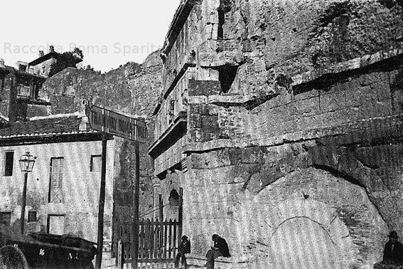 Porta San Lorenzo. In primo piano l'indicazione della tramvia Roma-Tivoli (inaugurata nel 1879) Anno: Fine '800