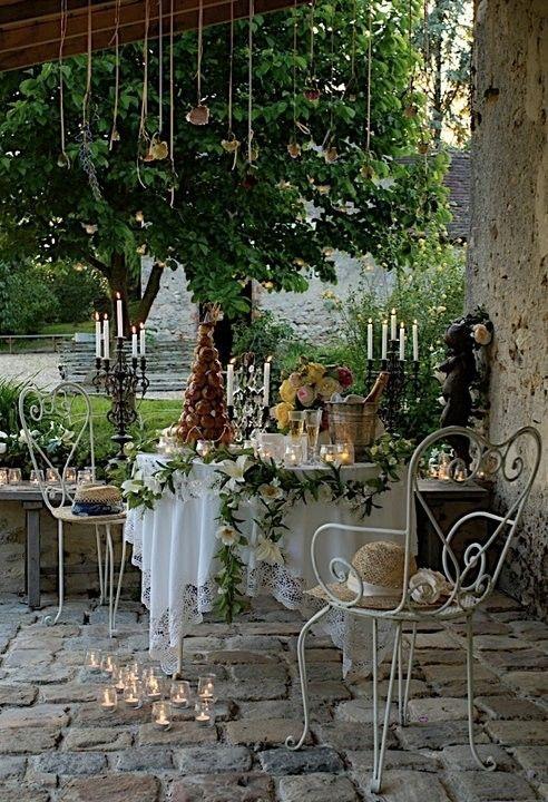 arreglo floral en mesa de postres
