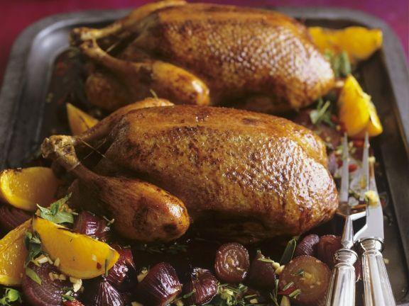 Gebratene Ente mit Zwiebeln und Orangen in-Honig-Rosmarin-Marinade ist ein Rezept mit frischen Zutaten aus der Kategorie Ente. Probieren Sie dieses und weitere Rezepte von EAT SMARTER!
