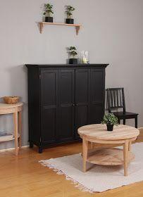 TV-kaappi mustaksi maalattuna ja puuvalmis, pyöreä sohvapöytä. Sekä kaappia että pöytää on useampaa eri kokoa.