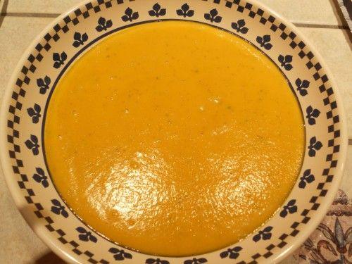 Il fait froid et pour changer du velouté de potimarron, j'ai voulu tester la citrouille verte. Elle était par contre d'une belle couleur orangée à l'intérieur. Pour 6-8 personnes : 500 g de citouille 2 grosses carottes 3 pommes de terre 2 poireaux 1 bouillon...