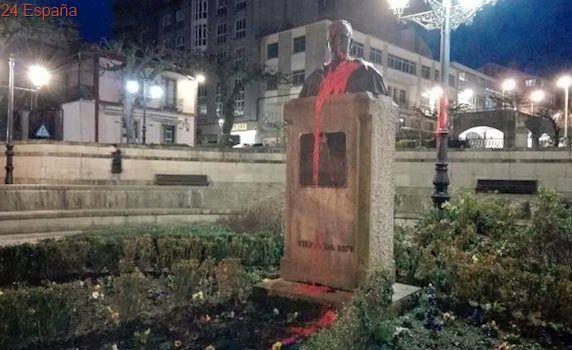 Atacan el busto de Fraga con pintadas de la bandera republicana