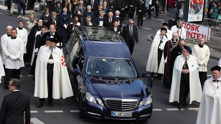 Der Trauermarsch zu Ehren des verstorbenen Kardinals am Samstag in Köln