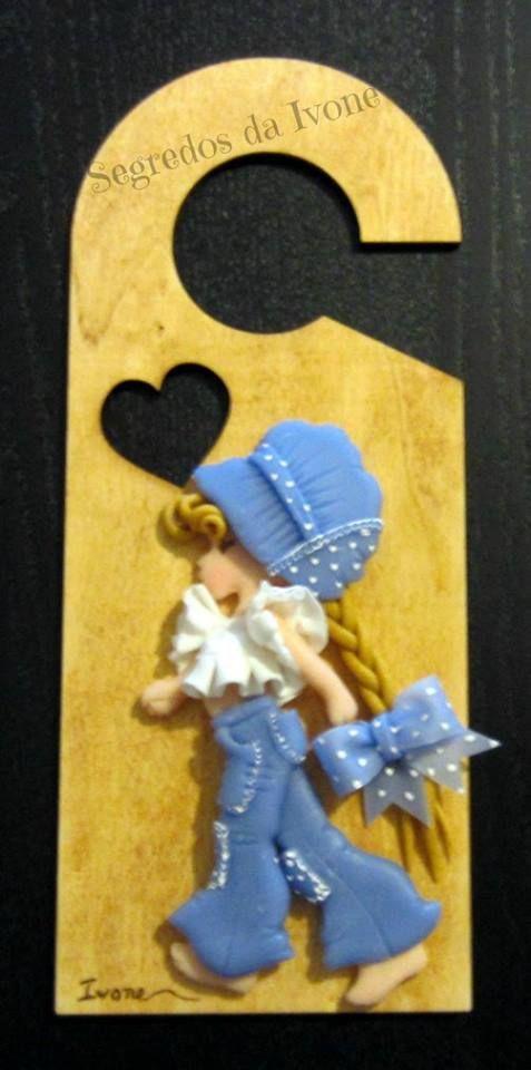 BI68- Enfeite de porta com boneca de Sarah Kay em biscuit