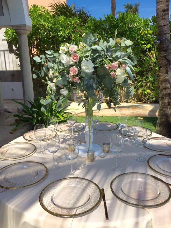 CBV247  Weddings Riviera Maya tall chandelier,  greenery mix and white and blush pink flowers/ candelabro con mix de follajes y flores blancas rosas y Rosas