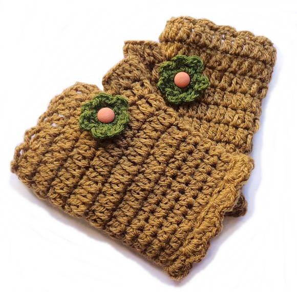 Luvas sem dedos com encaixe para o polegar, tecida em crochê com fio de qualidade, adornada com pequena flor e botão vintage.