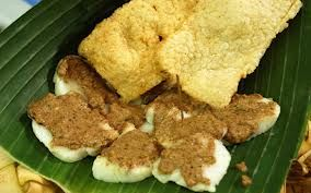 Cabuk rambak ini dibuat dari ketupat nasi yang diiris tipis-tipis, kemudian disiram bumbu wijen yang dicampur kemiri dan kelapa parut yang terlebih dulu disangrai, tak lupa cabuk rambak ini biasanya featuring karak, sejenis kerupuk yang terbuat dari nasi kering . Oleh penjaja di pinggir jalan biasanya disajikan tidak disajikan diatas daun pisang (pincuk)