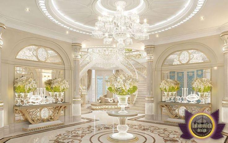Un lustre en cristal au design imposant et des vases en cristal accentuent le côté prestigieux
