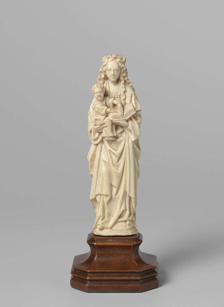 Anonymous   Virgin and Child, Anonymous, c. 1480 - c. 1500   Staande Maria met Christus op haar rechter arm. In haar linker hand een boek, waarvan het kind een aantal bladzijden omhoog houdt. Beiden kijken recht naar voren. In de achttiende eeuw is op de achterzijde een etiket geplakt. De geschreven tekst daarop wordt nog nader bestudeerd.