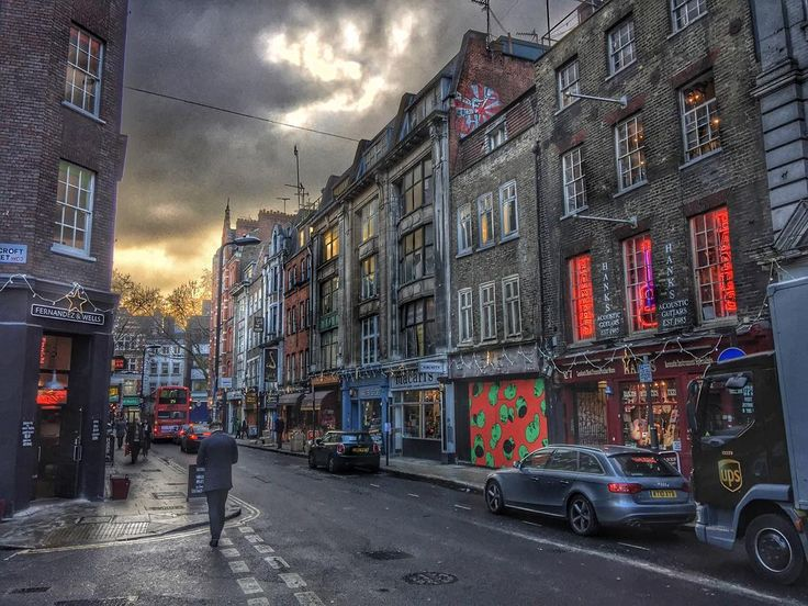 Sunset descends upon Denmark Street which over the years has been a London hot spot for music shops and recording studios. David Bowie the Rolling Stones and the Sex Pistols all recorded hung out and/or lived here. #LE_WEEKENDS_Sunsets #london_enthusiast #london4all #thisislondon #londonpop #shutup_london #lovegreatbritain #ukpotd #visitlondon #ig_united_kingdom #london_only #londonlive #insta_london #igerslondon #photosofengland #londonmoment #london #prettycitylondon #ilovelondon…