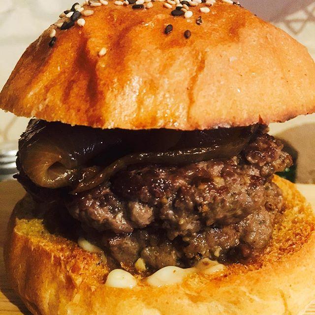 最近野菜抜きで肉のみて肉を楽しんでくれはるお客様が増えております🙏 国産黒毛和牛100のお肉と1年間煮込み続けた煮玉ねぎのみのハンバーガー🍔写真はダブルパテです‼️チーズ🧀ベーコン🥓色々なトッピングをお好みでどーぞ😋🍔 僕のバーガーの原点です😋 普通のハンバーガーよりお安くお出しできるのでお声かけください😊 、 #三木市#ハンバーガー#hamburger#原点#黒毛和牛#仕方牛#120g#野菜ぬき#肉#煮玉ねぎ#ばず