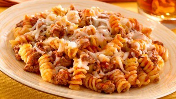¡Prepara algo que a todos les encantará! Una cacerola de pasta con carne de res. ¡Fácil, rápida y económica!. Sofríe la carne molida y cuando escurra la grasa agrégale nuestra Salsa Ragú® y mézclalas; cuando la carne esté bien empapada con la salsa, sírvela con la pasta. ¡Disfrútala con tu familia!. Pasta + Pasta recipes + Vive mejor + Recetas baratas + recetas económicas + recetas de pasta + pasta recipes + cheap pasta recipes