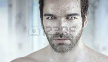 man%3A+Zeer+gedetailleerd+portret+van+knappe+man+met+natte+gezicht+Stockfoto
