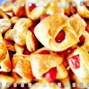Ingrediënten voor 24 stuks: blikje (party) croissantdeeg blikje cocktailworstjes Verwarm de oven voor op 200°C. Haal het croissantdeeg uit de verpakking en verdeel het in 24 stukjes. Leg op elk stu...