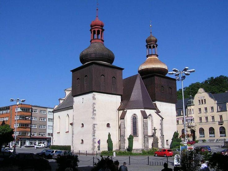 Náchod (Královohrad. k.). Děkanský chrám z r. 1310, podsebití věží doby požáru r. 1663.