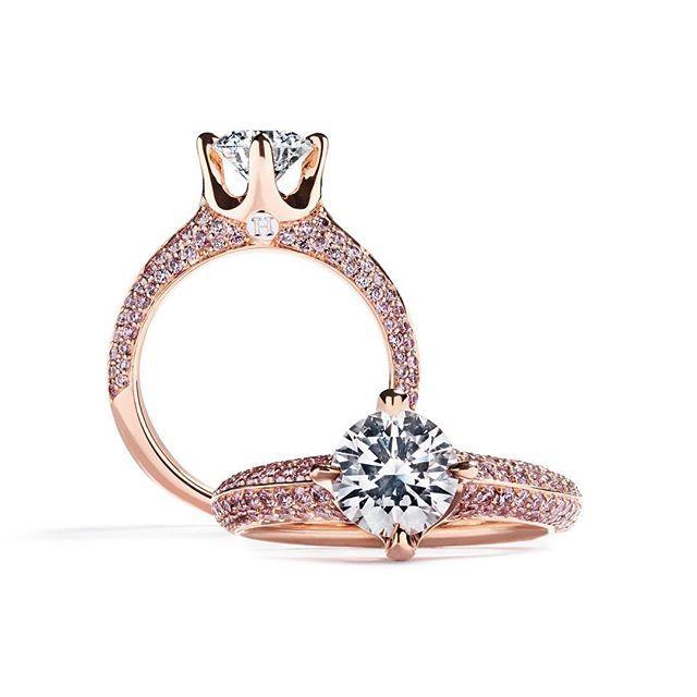 """Vi glæder os til at lancerer andet kapitel af """"Argyle Pink Collection"""" i denne uge. Her et smug kig på """"Limited edition Hartmann´s signatur ring med Argyle Pink diamanter"""". Rund 1,31 carat center sten flankeret af 104 stk. Argyle Pink diamanter fattet pavé i ringskinnen. Glæd dig til de mange nyheder som kommer i næste uge. Se mere på argylepinkcollection.com #bagomhartmanns #argylepinkdiamonds #ring #signaturring #diamanter #diamonds #fancycoloureddiamonds #argylepinkdiamonds…"""