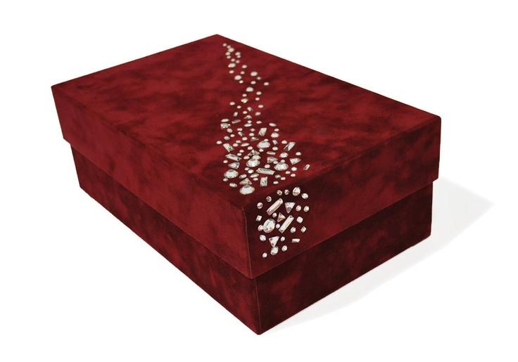 caja edici n de lujo esta caja de cart n forrada en terciopelo est decorada con cristales de. Black Bedroom Furniture Sets. Home Design Ideas
