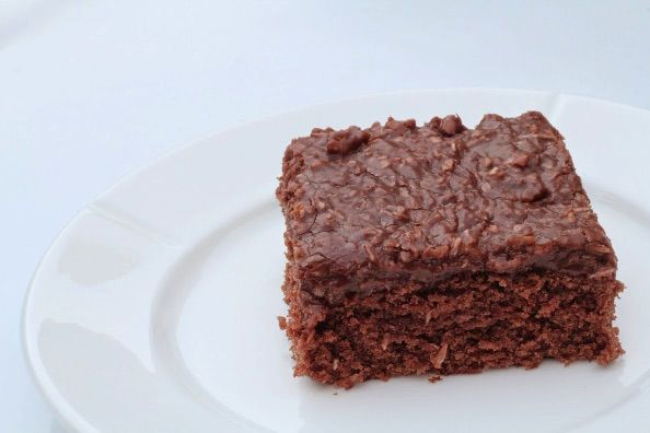 Vi kender vidst alle den gode chokoladekage, den der du ved nok. Det er en lækker klassiker bestående af en chokolade kage med en topping med en anelse kaffe i.