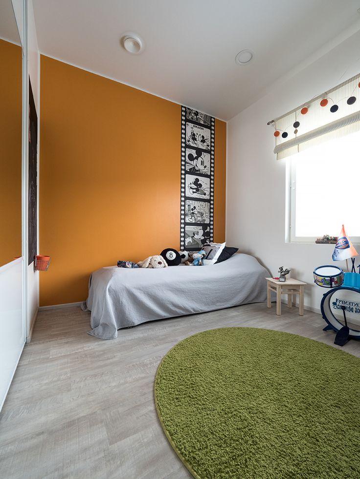 Orange wall and Mickey Mouse in a boy's room. / Oranssi seinä ja Mikki Hiiri tuovat pojan huoneeseen väriä. www.valaistusblogi.fi