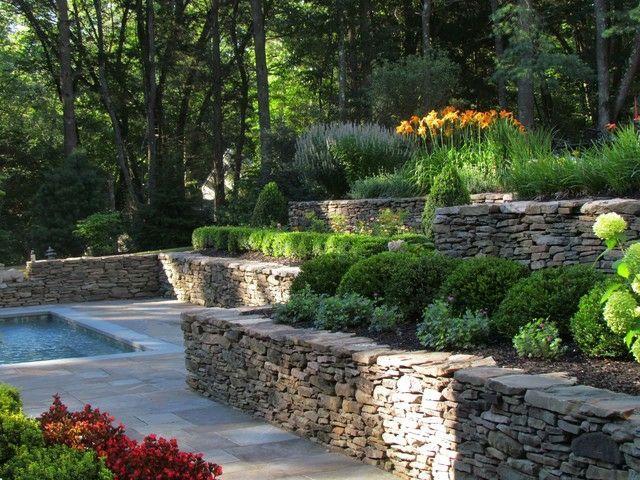 jardin en terrasses avec piscine et murets en pierre