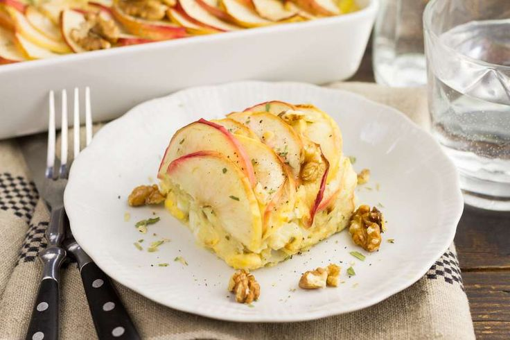 Recept voor venkelpuree voor 4 personen. Met zout, olijfolie, peper, venkel, appel, aardappelen kruimig, ei, walnoot, crème fraîche en venkelzaad