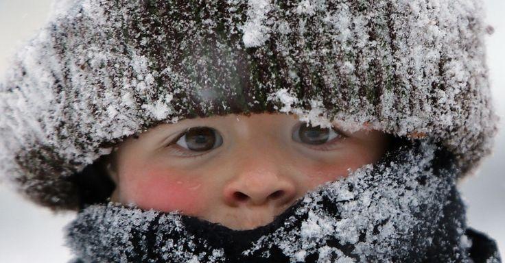 O menino Will Annicchiarico se protege contra o frio para brincar na neve no Upper East Side de Nova York, após tempestade que atingiu a costa leste dos Estados Unidos. A nevasca não foi tão intensa em Nova York, mas outros Estados chegaram a declarar estado de emergência