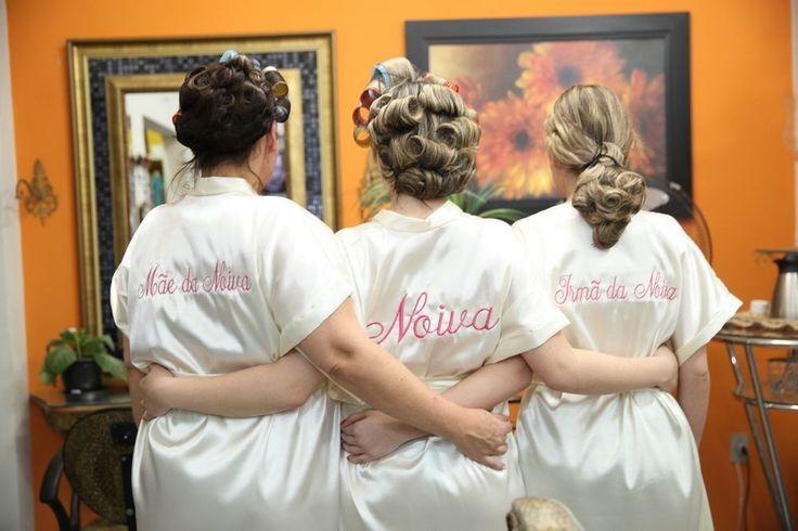 Deixe o seu dia ainda mais inesquecível, personalizando o seu robe e de quem for se arrumar com você.  Trabalhamos com robes Personalizados para todas as ocasiões: casamento, aniversário ou qualquer ocasião especial.    * Tecido nas cores: Salmão, Champanhe, Canela, Vermelho, Tiffany, Pink, Doura...