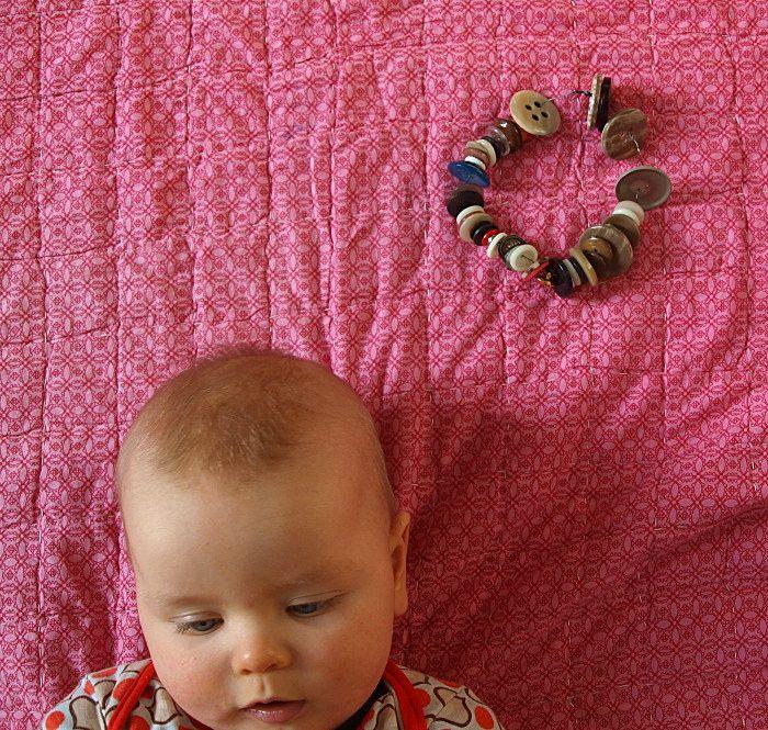 Basteln_mit_Kindern_13_Knopfkette_basteln_Knopfkette_und_Baby.jpg