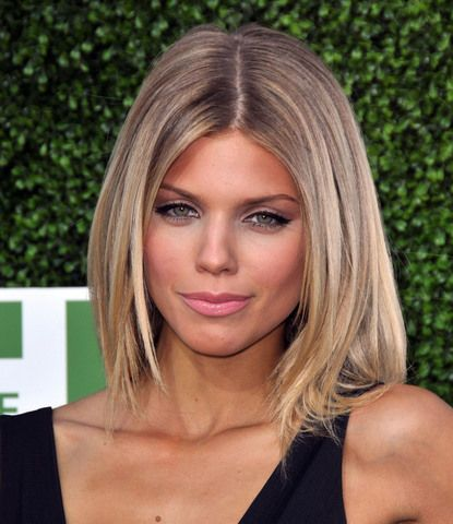 90210's Naomi Clark (Annalynne McCord) looking chic. love the hair color