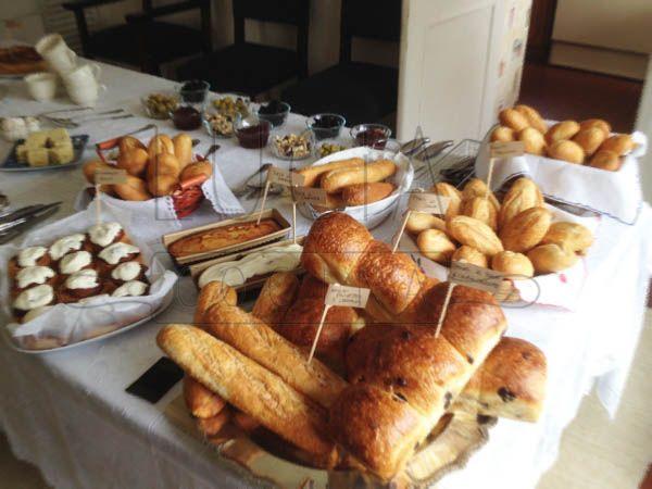 Los panes, tortas y cinnamon rolls en la mesa http://luciacocinabogota.blogspot.com/2014/05/primera-comunion-tipo-brunch.html