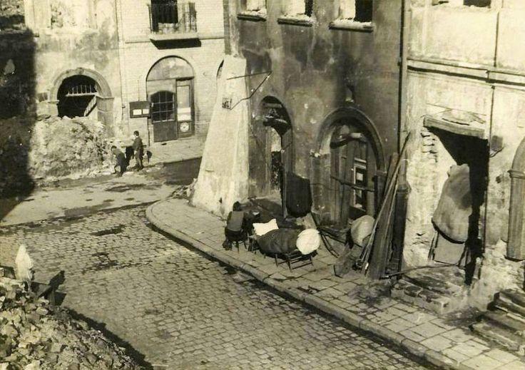 Ulica Piwna przy Wąskim Dunaju. W tle widać zrujnowana, XVII wieczna kamienice pod Salwatorem. 1945r.