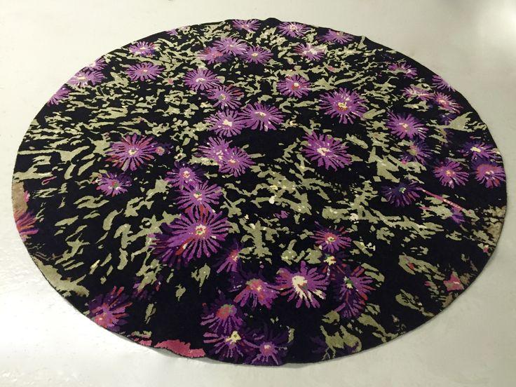 Chrysantem Fin ref:4566, käsinsolmittu Nepalissa, materiaali villa ja halkaisija 189 cm. Väreeinä musta, violetti ja vihreä. Design Mischioff.