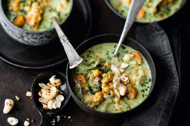 Im Winter können Sie das würzige Curry natürlich auch mit frischem Grünkohl zubereiten. Dazu 1 kg Grünkohl gründlich waschen, abtropfen lassen und putzen, dabei die dicken Blattrippen und Stiele entfernen. Den Grünkohl zuerst in schmale Streifen schneiden, anschließend grob hacken. Salzwasser zum Kochen bringen und den Grünkohl 2 Minuten blanchieren, durch ein Sieb abgießen, unter fließendem kaltem Wasser abschrecken und abtropfen lassen. Kokosmilch und Rosinen dazugeben und fertig…