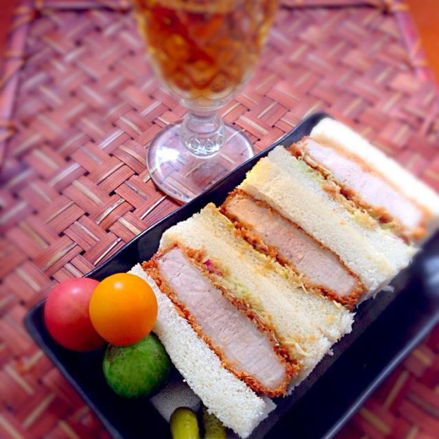 連日渋谷に繰り出しwまたもやお昼ぎりx2食べたかったカツサンド作ろうとトンカツ買いに行ったら、出来合い発見腹ペコチビも騒いでるしと手抜き&喉かっらからなのでお先に失礼〜乾杯❗ - 57件のもぐもぐ - pork-cutlet sandwichカツサンド by Ami