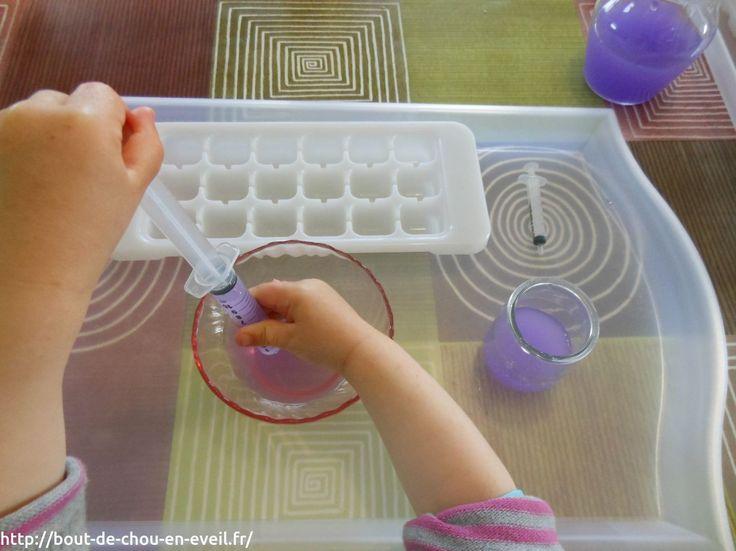 Activité Montessori : transvaser de l'eau avec une seringue