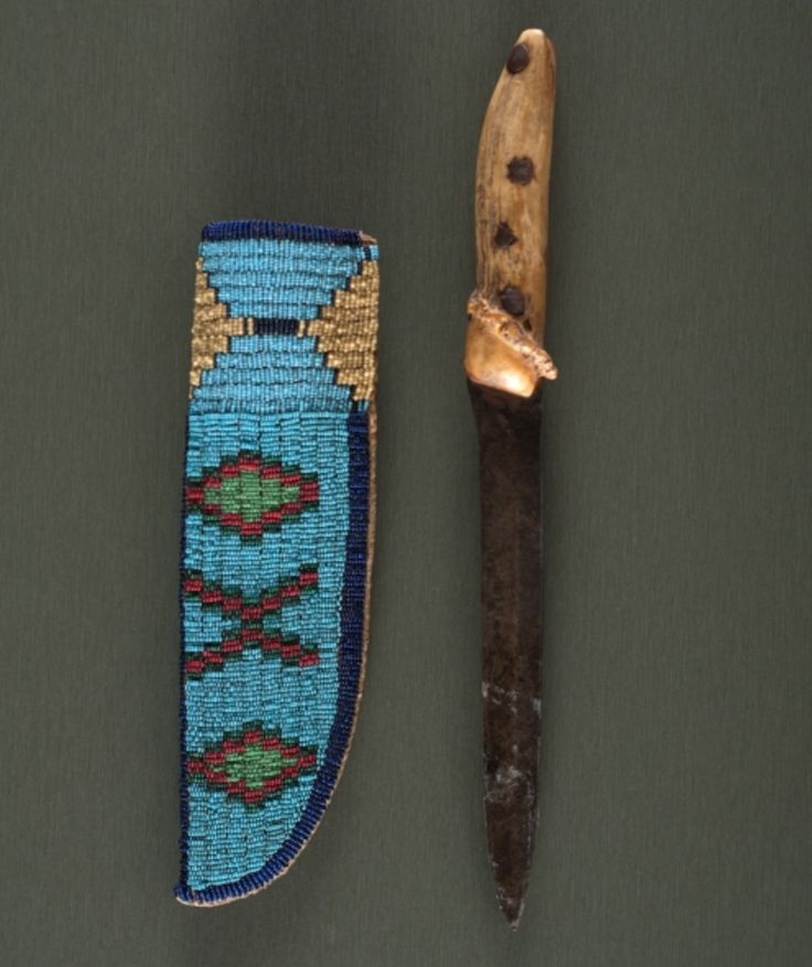 Нож и ножны, Северные Равнины. Вид три. Рукоятка ножа сделана из рога. Размеры ножен 9,25 дюймов, ножа 12,25 дюймов. Период: последняя четверть 19 века. Коллекция Денвера, Колорадо. Cowan's. 9/23/2016 – American Indian and Western Art.