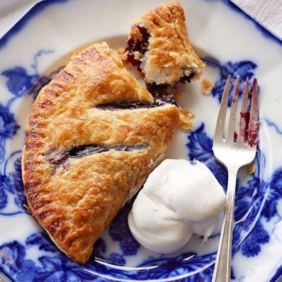 Blueberry Hand Pies mit Schlagsahne für eine Sommerparty. #sommer #rezepte