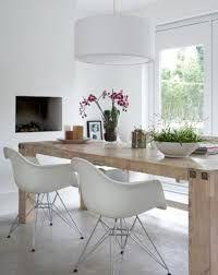 witte kuipstoel met houten tafel - Google zoeken