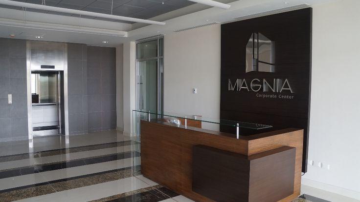 Local comercial de 52 m2 en renta en edificio de oficinas de lujo que conjuga la vanguardia y estilo en un mismo lugar. El proyecto esta ubicado en una de las mejores zonas comerciales de Mérida, incluye el uso de estacionamiento para 250 personas, estacionamiento para visitantes, comedor para 40 personas y 2 elevadores de alta velocidad.