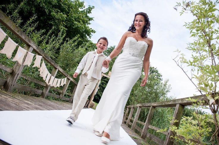 Dit is een mooie foto! Moeder en zoon, samen over de witte loper. De bruid ziet er prachtig uit en haar bruidsjonker ziet er ook geweldig uit met zijn outfit van Corrie's bruidskindermode. Bruidskindermode.nl. Trouwen, bruiloft, huwelijk, bruidsjonkers, bruidskinderen, trouwjurk, bruidsmode.