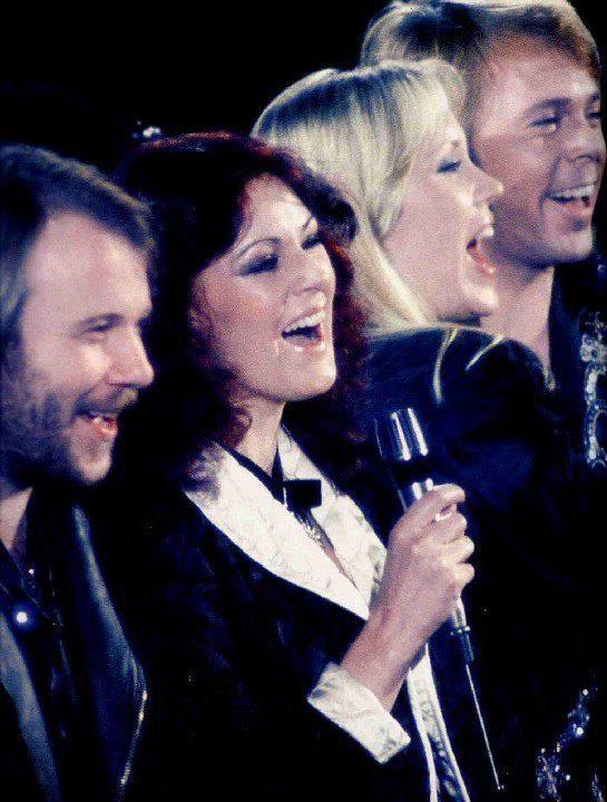 Abba - Dancing Queen .  Слушането на песни на ABBA и Take That правят хората щастливи, като бързо оправят тяхното настроение ... http://www.teenproblem.net/a/6-lubopitno/26820-pesnite-na-abba-i-take-that-pravyat-horata-shtastlivi-i-polozhitelno-nastroeni-kym-sveta/  , https://www.youtube.com/watch?v=xFrGuyw1V8s